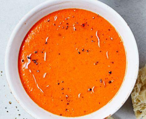 Zupa ze świeżych ogórków z pomidorami i ziarnem konopi