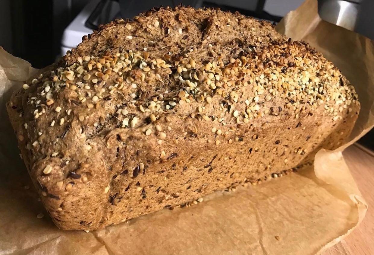 Chleb orkiszowy z nasionami konopi